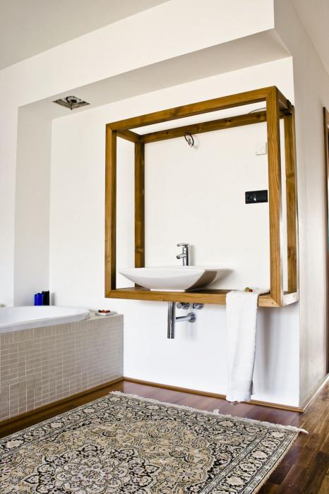 koupelna v loznici umyvadlo v ramu